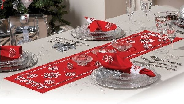Vervaco PN-0012919 Red rectangular table-cloth with white snowflakes